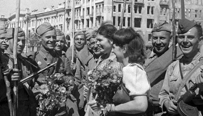 Цветы освободителям Харькова