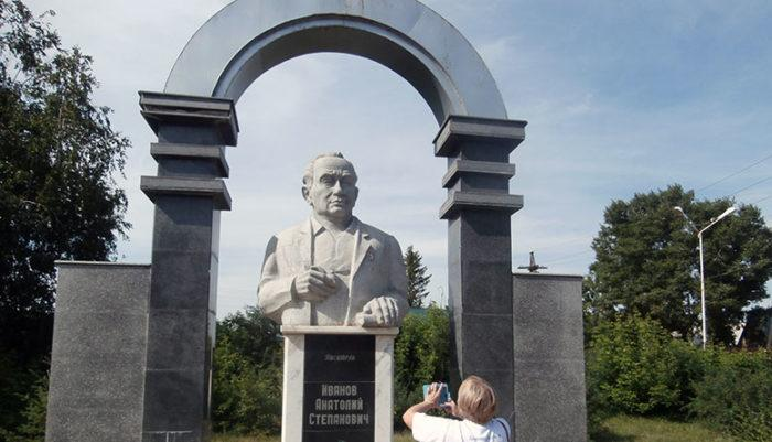 Памятник автору романов «Вечный зов», «Тени исчезают в полдень» и др. Анатолию Иванову. Казахстан, г. Шемонаиха.