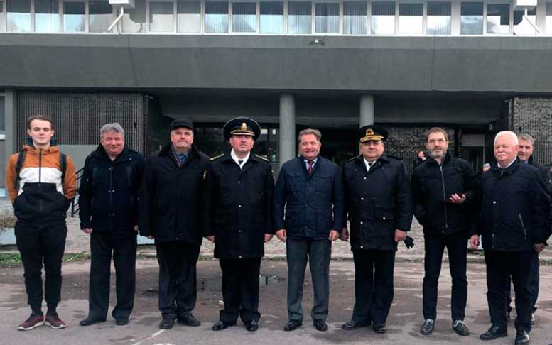 Слева направо: Р. Дека, М. Писарев (1983 г.в.),Ю. Куроедов (1986 г.в.), М. Юрченко (1984 г.в. КВВМПУ), М. Ненашев (1983 г.в.), В.Соколов, контр-адмирал Владимир Монастыршин, В. Мальцев (1984 г.в.).