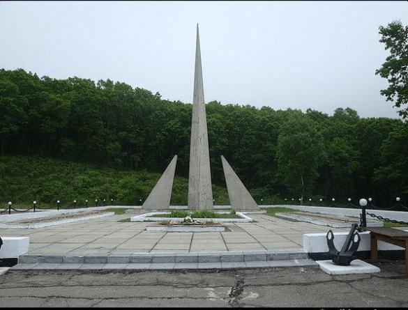 Первый памятник, минута молчания.