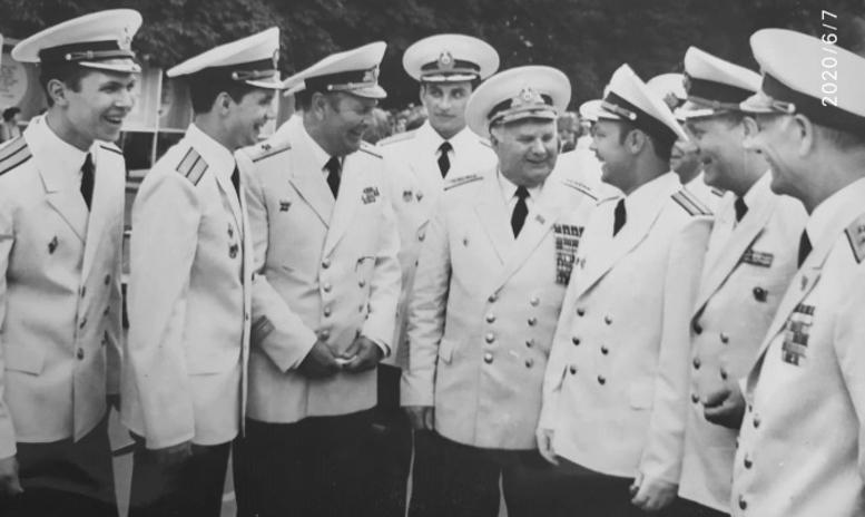 Слева направо: Д.Иванченко-31 кл., И.Ковалевский-12 кл, к.а.В.Некрасов-нач.уч. 83-85, А.Чижов-32 кл., адмирал П.Н. Медведев-нач ПУ ВМФ, Н.Шмаков-32 кл, В.С. Фомин-НПО уч., в.а.Н.С.Каплунов-нач.уч.72-83 г.г.