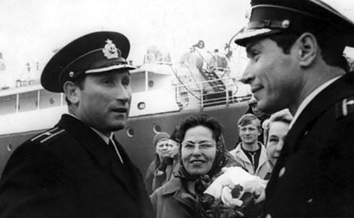 капитан 3 ранга-инженер В.Н. Левицкий провожает капитана 3 ранга  В.Н. Никитского в поход кораблей ТОФ в Индию, Владивосток, 1968 год