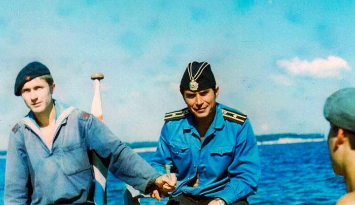 капитан 3 ранга В.Н. Левицкий учит курсантов КВВМПУ шлюпочному делу  на акватории Киевского водохранилища, август 1974 г.