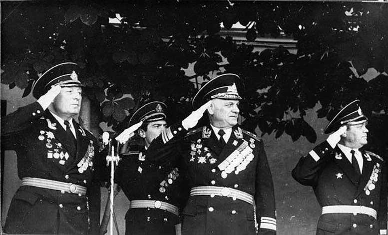 Вице-адмирал Н.С. Каплунов на трибуне КВВМПУ