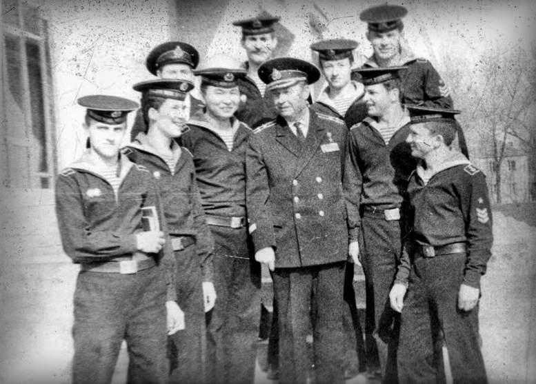 Капитан 1 ранга А.В. Забояркин с курсантами выпуска 1979 г. Лютеж, 1978 год