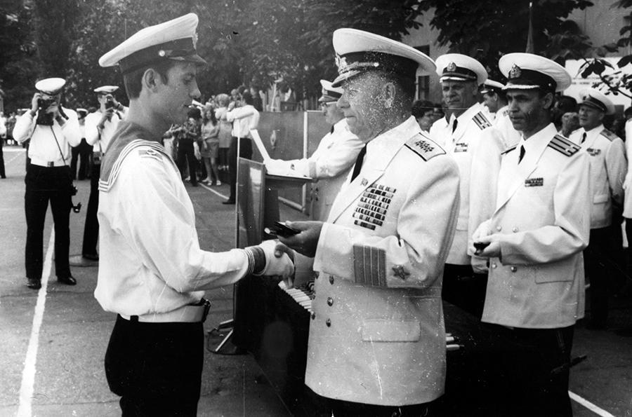 Начальник политического управления ВМФ адмирал Гришанов В.М. вручает  Денисенко В.М. офицерские погоны и кортик, 12  июля 1973 года.