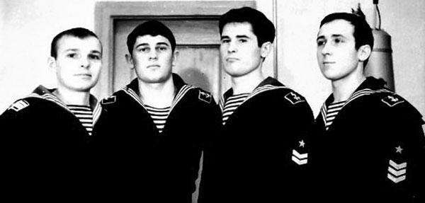 Слева направо стоят курсанты Николай Воробьёв, Анатолий  Шульгин,  Игорь и Игнатий Белозерцевы