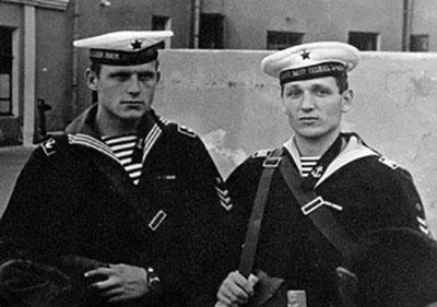 Удовенко Петр и Кульгин Борис, перед заступлением в караул.