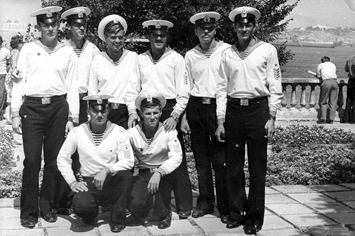 Участники шлюпочного похода КВВМПУ Киев – Севастополь в главной базе Черноморского флота, 1975 год.
