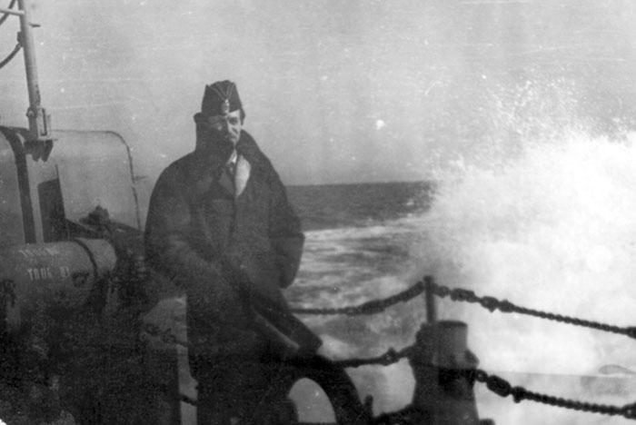 Капитан-лейтенант И.Г. Локтев на верхней палубе СКР «Ретивый», Тихий океан. 1981 год.