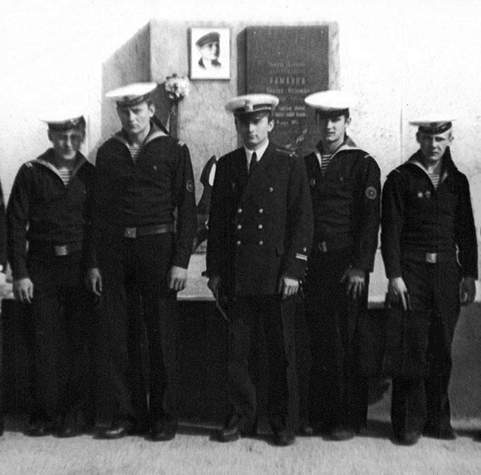 Лейтенант В.А. Лякин с моряками сторожевого корабля у памятника герою-североморцу В.К. Романову.  Ара-губа, 1976 г.
