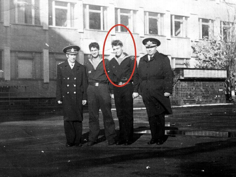 На фото, как мне сказали, слева на право, НачПО училища капитан 1 ранга Ефимов Г.К., не знаю кто, Олег Потапов, начальник училища контр-адмирал Коровин А. М.