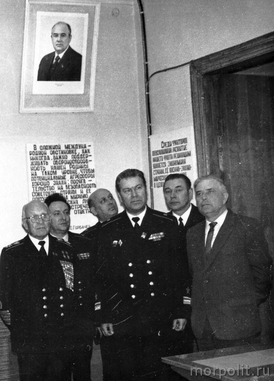 В.П. Некрасов сопровождает С.Г. Горшкова во время последнего визита ГК ВМФ в КВВМПУ, 1984 год